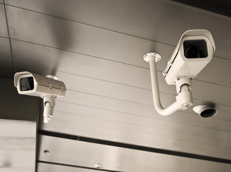 Apsaugos kamerų komplektai objektų stebėjimui   Galime pasiūlyti platų vaizdo stebėjimo sistemų pasirinkimą. Vaizdo kamerų komplektai skirti komercinių objektų, gamybinių patalpų, namų, butų, vasarnamių ir sodybų bei įvairių kitų objektų apsaugai.  Mūsų paruošti apsaugos kamerų komplektai skirti stebėti vidaus patalpas ir perimetrą lauke. Vaizdo kamerų komplektai apima ne tik kameras, bet ir įrašymo įrenginius, kietuosius diskus, montavimo kronšteinus ir kitą įrangą.