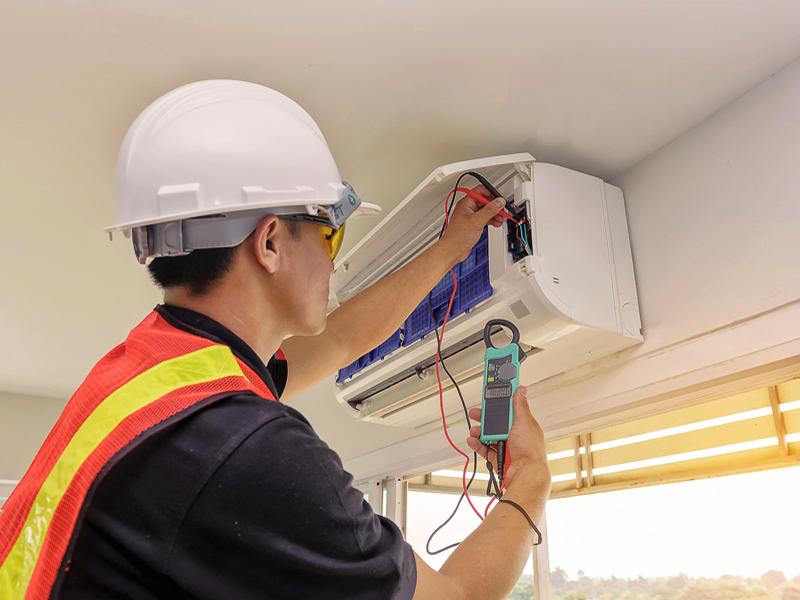 Pasirūpiname sumontuota įranga  Norint, kad oro kondicionavimo sistema funkcionuotų tinkamai, svarbu atlikti savalaikį įrangos aptarnavimą - išvalyti oro filtrus, patikrinti, ar sandari šaltnešio sistema, ar nėra kitų per laiką atiradusių pažeidimų. Netinkamas oro kondicionieriaus veikimas gali lemti didesnes energijos sąnaudas, neefektyvų darbą bei gali kenkti sveikatai (dėl netinkamai ar visai nevalomo oro).  Pagal pageidavimą atliekame oro kondicionierių priežiūrą, teikiame garantinį ir pogarantinį įrangos aptarnavimą. Vykdome planinius įrangos patikrinimo darbus, įvykus gedimui - atliekamas oro kondicionieriaus remontas.
