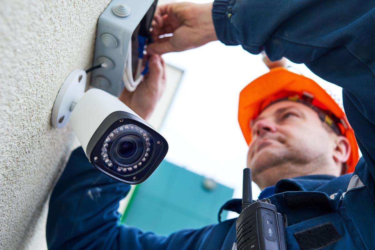 Sumontuosime ir paruošime vaizdo apsaugos sistemas darbui  Mūsų įmonės specialistaiatliks visusjus dominančiusmontavimo darbus.Galėsime pilnai įvykdyti visą projektą, nuo schemų parengimo bei įrangos parinkimo iki montavimo ir sujungimo į vieningą, pilnaiparengtą naudojimui vaizdo stebėjimo sistemą.Vaizdo stebėjimo sistemos irsignalizacijos montavimasyra vykdomaspagal parengtą konkretų planą, kurį suderiname su klientu ir tiksliai jo laikomės. Rūpinamės savoįdiegta įrangair, klientamspageidaujant, atliekame nuolatinę sistemų priežiūrą.Taip patteikiame garantinį ir pogarantinį įrangos aptarnavimą.