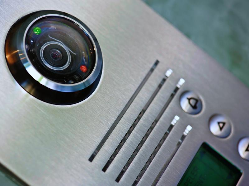Vaizdo domofonų montavimas ir techninis aptarnavimas  Atliekame visų tipų domofonų montavimą. Montuojame tiek iš mūsų įsigytą, tiek jūsų turimą įrangą. Pilnai atliekame visus pajungimo darbus, paruošiame vaizdo domofonus darbui. Esant poreikiui atliekame vaizdo domofono techninį aptarnavimą ir remontą. Darbams suteikiame garantijas.  Vaizdo domofonų montavimas atliekamas visoje Lietuvoje. Dėl išsamesnės informacijos susisiekite su mumis.
