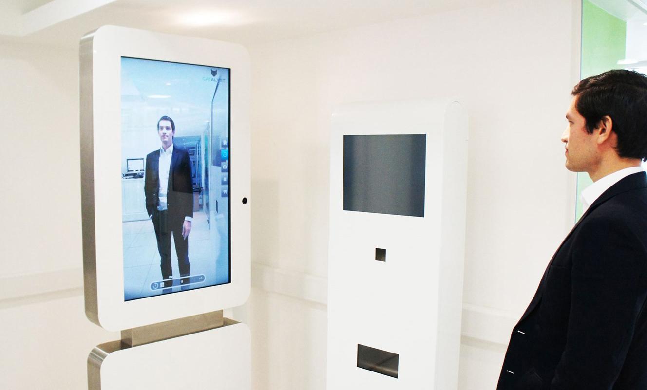 Atvaizdą išsaugantys veidrodžiai  Idealus sprendimas drabužių ir avalynės parduotuvėms. Galima naudoti tiek prekybos salėje, tiek ir matavimo kabinose. Parduotuvės klientai gali vaikščioti lyg podiumu ir matyti save iš visų pusių bei tinkamai įvertinti, kas geriausiai tinka.  Reguliuojamas kameros suveikimo laikas, liečiamas ekranas, galimybė dalintis vaizdais ir nuotraukomis socialiniuose tinkluose ar el. paštu. Kuomet klientai nesinaudoja veidrodžiu, jis gali veikti kaip informacinis ekranas reklamos rodymui, naršymui parduotuvės prekių kataloge ar interneto svetainėje.  Išmanieji veidrodžiai itin paprastai ir greitai sumontuojami (reikalingas tik energijos lizdas ir Ethernet tipo jungtis).