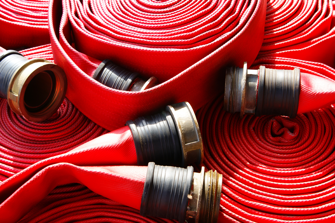 Gaisrinių žarnų aptarnavimas  Atliekame gaisrinių žarnų techninį aptarnavimą. Primename, kad vadovaujantis Lietuvos Respublikos įstatymais, gaisrinės žarnos turi būti tikrinamos kasmet.  Techninis aptarnavimas apima: Gaisrinės žarnos hidraulinius bandymus, žarnos perkantavimą, antgalio įrišimą, žarnos džiovinimo darbus.  Priešgaisrinių čiaupų patikrinimą;  Vidaus priešgaisrinio vandentiekio patikros žurnalo pildymas;  Ženklinimas skiriamaisiais ženklais.  Spintelių įrengimas, patikra, remontas  Susisiekite su mūsų specialistai žemiau pateiktais kontaktais dėl detalesnės informacijos.