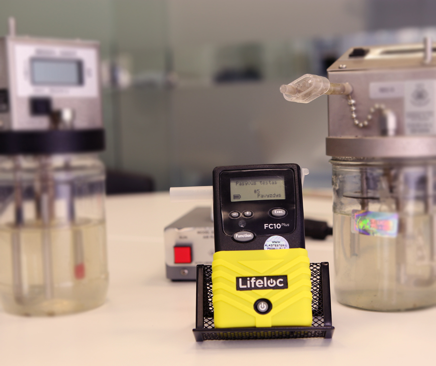 Alkotesterio kalibravimas  Alkotesterio kalibravimas atliekamas naudojant alkoholio simuliatorius, kurie naudodami etaloninį skystį tikslia temperatūra ir drėgme imituoja žmogaus iškveptą orą ir kuriame yra nustatytas alkoholio kiekis. Tai vienas tiksliausių būdų kalibruoti alkotesterį.  Alkotesterių kalibravimas įprastai atliekamas ne rečiau nei kas 6 – 12 mėnesių. Tikslios alkotesterio kalibravimo sąlygos yra aprašytos prietaiso instrukcijoje. Jei norite, kad alkotesterio rezultatai būtų tikslūs, o prietaisas tarnautų ilgai - rekomenduojame jų laikytis.