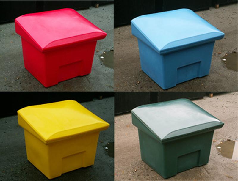 Smėlio ir druskos dėžės    Talpyklos skirtos laikyti smėlį ir druską. Galimos įvaraus dydžio, talpos ir spalvų dežės. Talpyklos pagamintos iš kokybiškų medžiagų, yra tvirtos, atsparios smūgiams, UV spinduliams ir kitam aplinkos poveikiui.