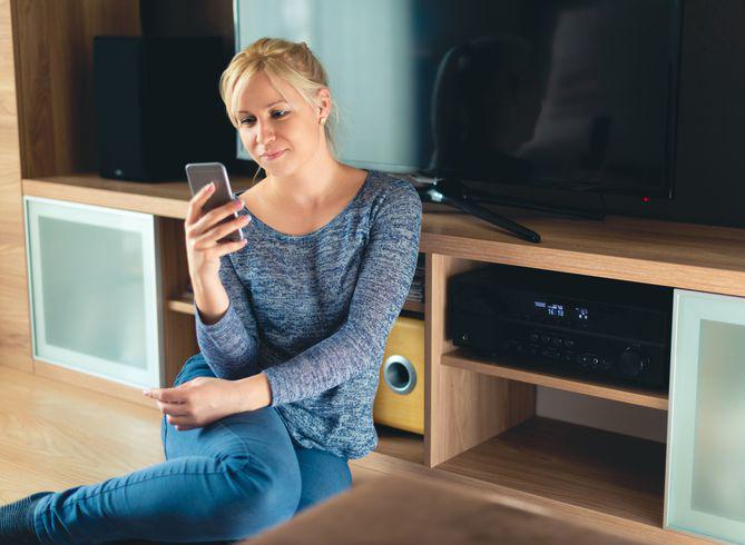 Muzikos, durų skambučio, signalizacijos ir kitų garsų valdymas   Esate didelis melomanas - įrengsime sistemą, kuri leis patogiai valdyti muziką, klausytis skirtingos muzikos vis kitame kambaryje/patalpoje arba vaikštant per kambarius muzika galite sekti paskui jus. Turite vaikų ar atėjo ramybės metas? Išmanių sistemų pagalba galima valdyti durų skambučio, signalizacijos ir kitų prietaisų garso lygį, taip užtikrinant ramybę ir komfortą.