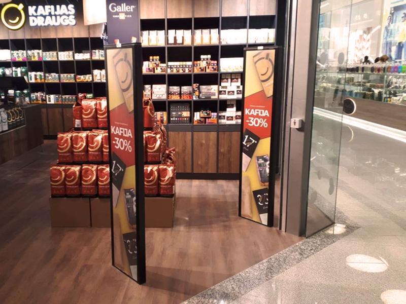 Kavos draugas (Lietuva) ir Kafijas draugs (Latvija) parduotuvėse sumontavome Amersec gamintojo (Čekija) prekių apsaugos vartelius su galimybe naudoti reklaminius skydelius.