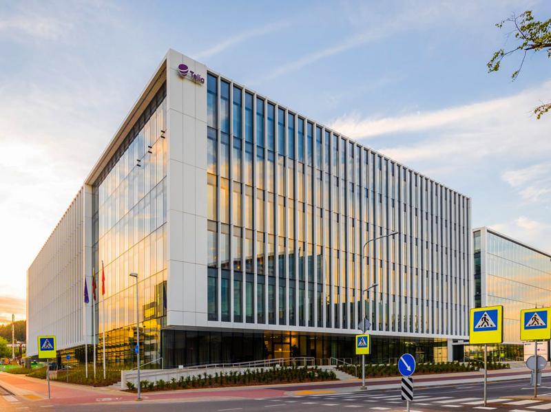 Atlikti elektros montavimo darbai naujame TELIA biuro pastate Vilniuje   15 000 m2 objekto plote atlikti darbai: apšvietimo, praėjimo kontrolės įrengimas, avarinio energijos tiekimo patalpos įrengimas, elektromobilių įkrovimo stotelių įrengimas, interneto tinklai, atlikti bendri elektros instaliacijos darbai.